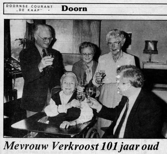 1984: Mvr Verkroost-van Bockel met familie o.a. de 100 jarige Mvr Verkroost-Haak met de Burgemeester Doornse Courant © BDU