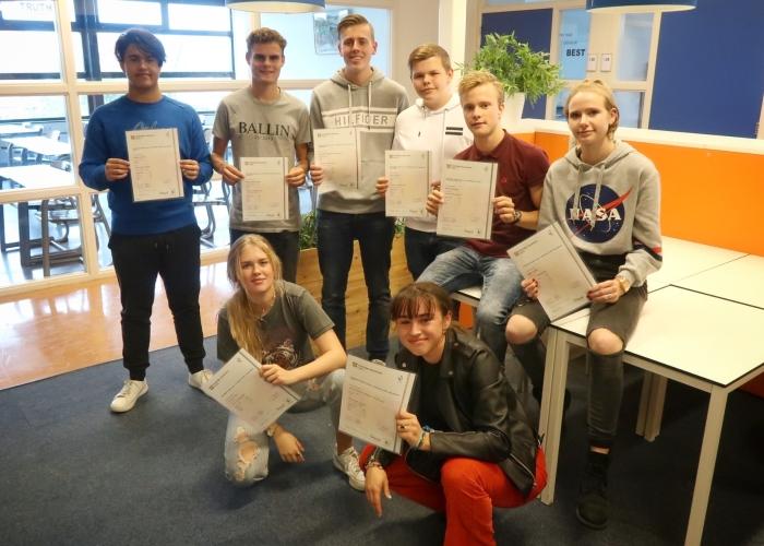 Acht vmbo-leerlingen van het Corlaer College met Cambridge Engels certificaat