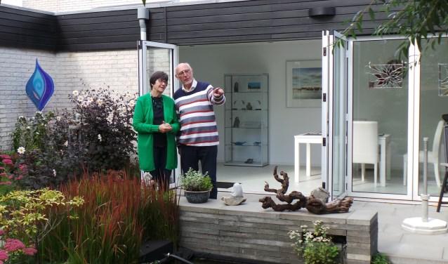 Els en Piet Dees in de beeldentuin van hun Galerie de Tuinkamer, ook te bezoeken tijdens 'Ontdek Hoofddorp'