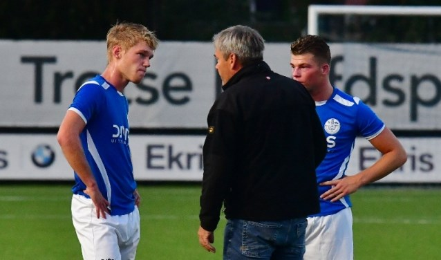 Al sinds de voorbereiding probeert Erik Assink met zijn ervaring zijn spelers verder te verbeteren.