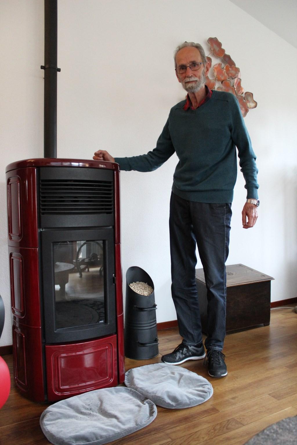 Eddy Richmond is blij met de pelletkachel als verwarmer en sfeermaker in zijn huis.  Paul Nolens © BDU media