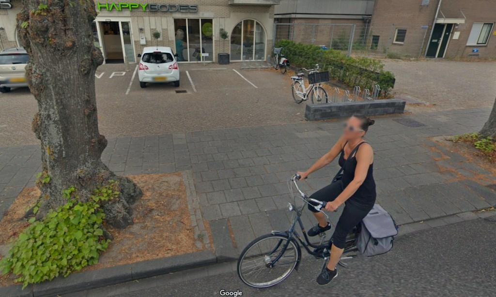 Een vrouw fietst over de Kruisweg ten hoogte van 1061.  Google © BDU media