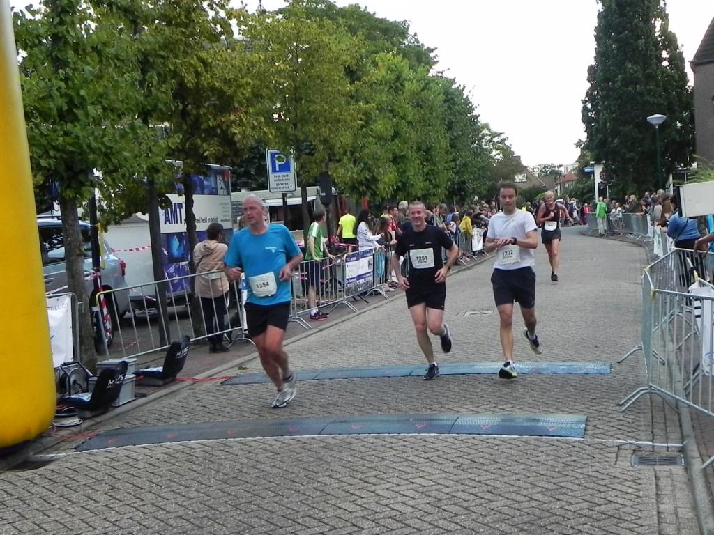 Met de finish in zicht trekken de meesten nog even een sprintje. Richard Thoolen © BDU media