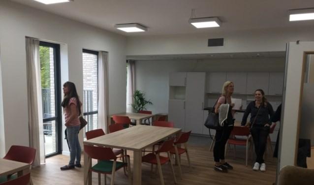 Medewerkers van Beukenstein bekijken hun nieuwe werkomgeving.