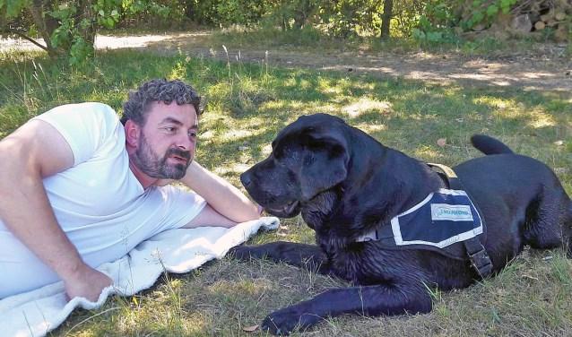 Veteraan Michel Ensing en zijn veteranenhond Nozem.