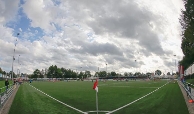 <p>Wolken bij sportpark De Eikelhof in Bennekom, toen nog met publiek. De Edese sportverenigingen staan nog niet op omvallen, maar hebben het wel zwaar.</p>
