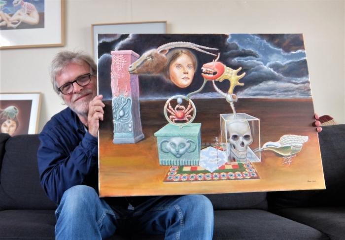 """Hans den Haan met zijn schilderij """"De droom van de krab"""""""