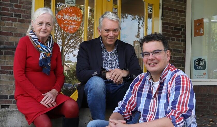 Van links naar rechts: bestuurslid Ria van Schendel, directeur Roel Zuidhof en penningmeester Anton van Renssen voor de Bibliotheek Hoevelaken.