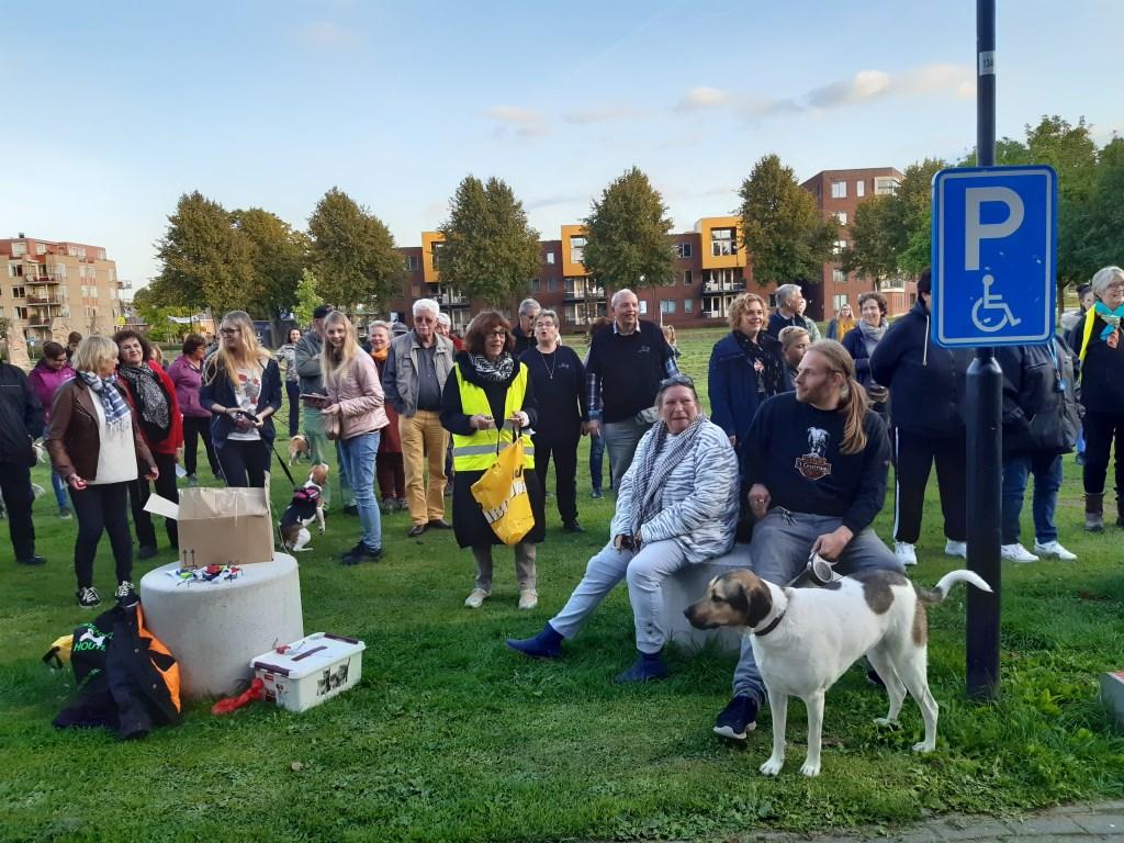Honden en hun baasjes komen naar het gemeentehuis om de petitie te ondersteunen Kuun Jenniskens © BDU media