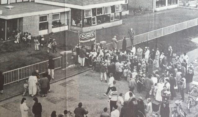 'Met het stoeltje onder de arm' zo luidde de kop bij het artikel over de opening van De Schakel in 1987.