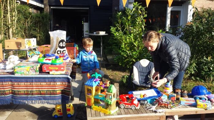 De bewoners van de Algemeer ruimen op Burgendag hun zolder en garage op.
