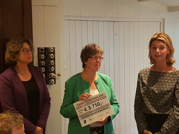 Magdaleen Timmermans en Jennifer Woltjer van Stichting Leergeld nemen dankbaar de cheque van € 3750,00 in ontvangst. Peter Beijer © BDU media