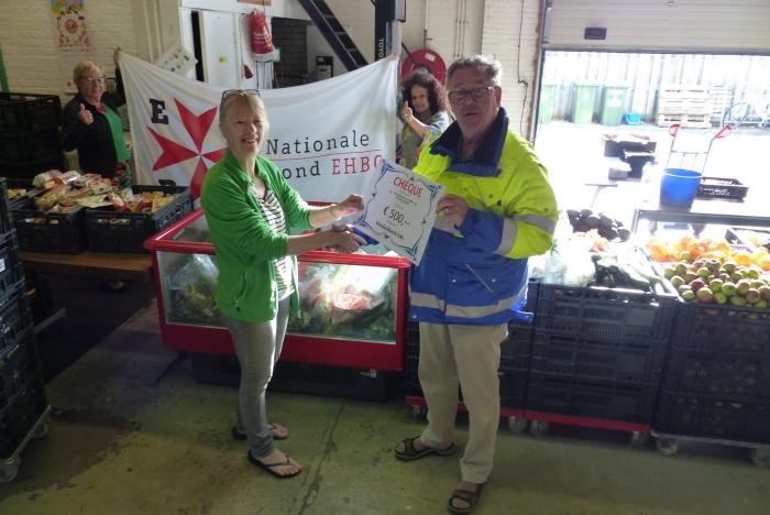 Vereniging voor EHBO 'de Samaritaan' in Ede overhandigt een cheque ter waarde van 500 euro aan de Voedselbank in Ede. Links op foto Anneke Dinger van de Voedselbank, rechts Kees Huikeshoven voorzitter EHBO.