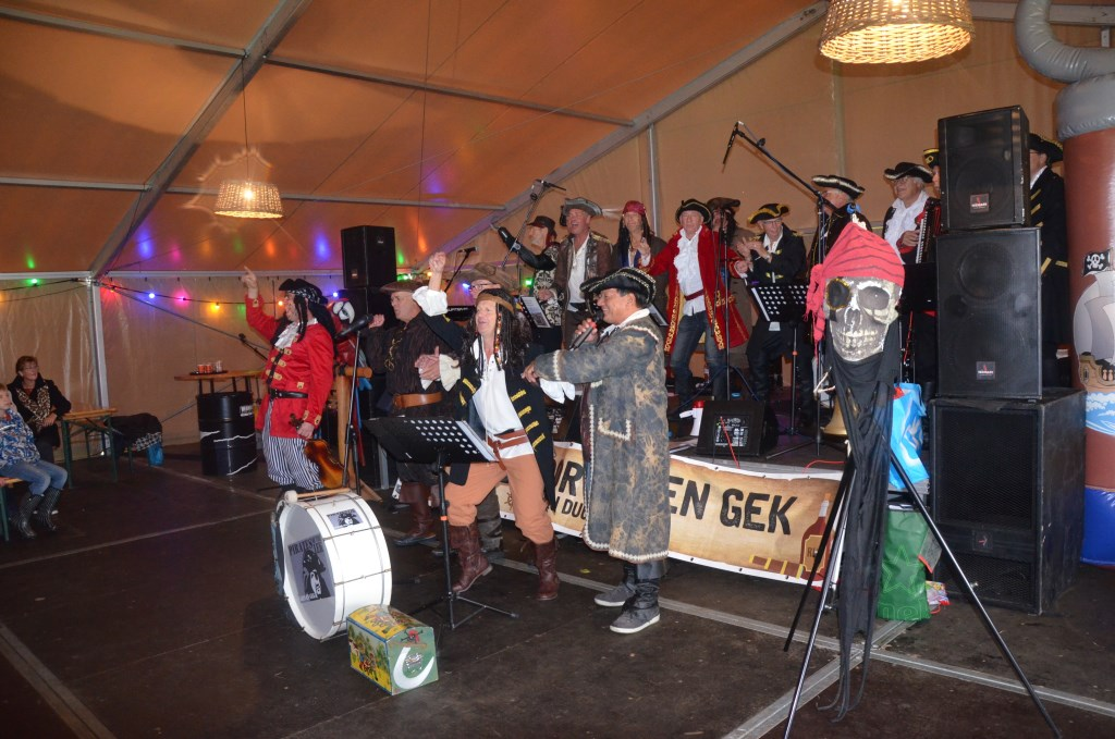 Piratenkoor Gein en Gek in de tent  Ali van Vemde © BDU media