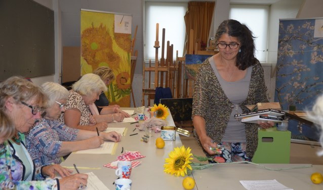 De docent van het Van Gogh Museum geeft een schrijfopdracht
