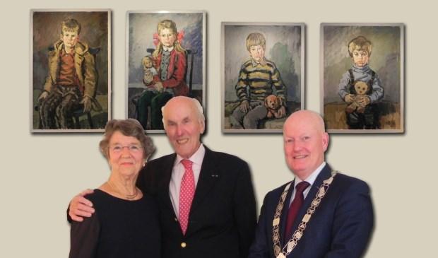 Het diamanten paar Van Logtestijn-van den Heuvel poseert tezamen met burgemeester van Bennekom voor de schilderijen van de kinderen.