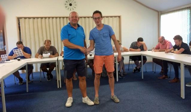 Waar de cursisten zwoegen op het huiswerk, staan Jaap Heij en Arno Bos klaar voor een hapje en een drankje.