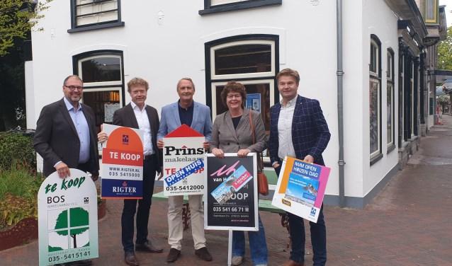 De makelaars Hugo Vries, Kees Rigter, Willem Prins, Liesbeth van Hardeveld en Bas van Dijen (vlnr).