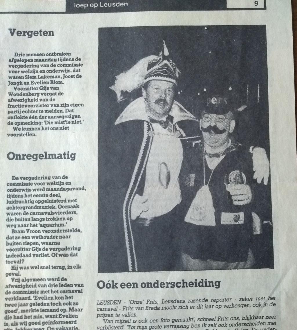 Een enkele keer was Frits van Breda zélf nieuws; bijvoorbeeld toen hij een carnavalsonderscheiding kreeg.  Archief Leusder Krant © BDU media