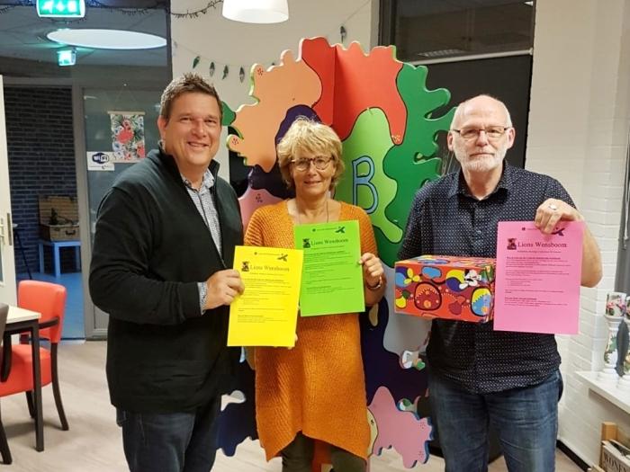 Nico Boere, Edith Vormer en Jos van Rooijen voor de wensboom