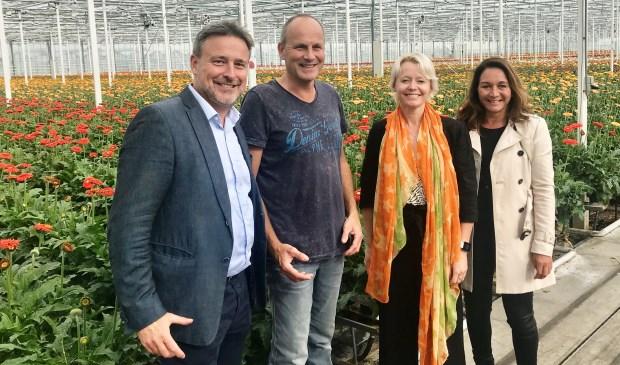 Tom van Dijk (accountmanager van de gemeente), ondernemer Bart Schouten, wethouder Floor Gordon en Darshan Sloot (directeur Ondernemersvereniging Amstelveen) op bezoek bij Gerbera Kwekerij Opti-Fleur.