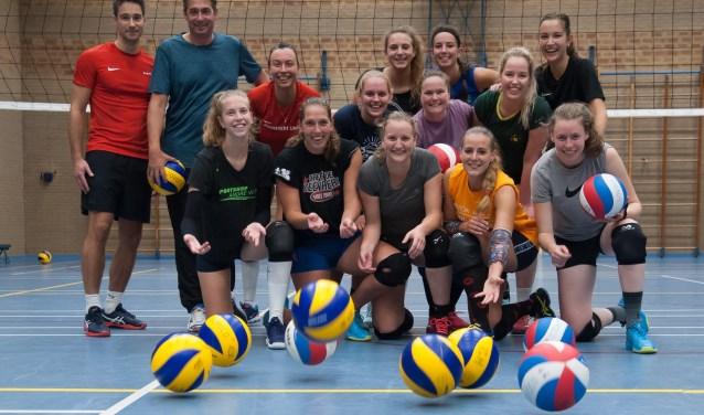 Remco Kerkhoven, tweede van links, is dit seizoen trainer bij Sovoco. De damesploeg is naarstig op zoek naar een (shirt)sponsor.