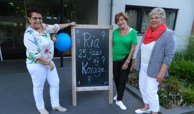 Ria Aukes (links) wordt verrast door bestuursleden Henny Visser (rechts) en Ria Ophoff.