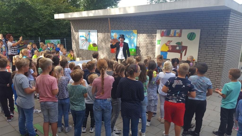 Directeur Jan Bot als Willy Wonka onthulde de fraaie schilderwerken van de kinderen  Petra Vogel © BDU media