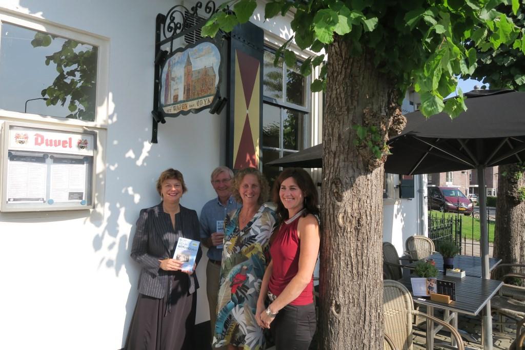 Wethouder Erika Spil (links) ontvangt het eerste exemplaar van de gids uit handen van Irene Okkerman (rechts). In het midden Piet Koning en Yvon Hoogendijk van het comité. Yvon Hoogendijk © BDU media