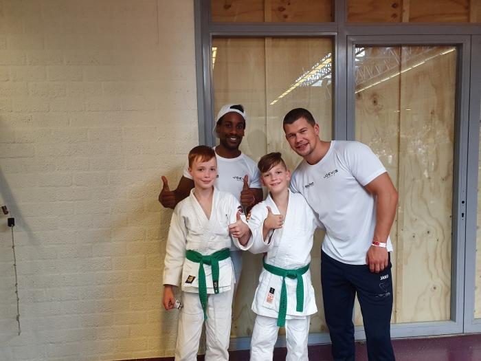 Judoka's Chai van Netten en Rick Koelewijn met hun coaches Joey van Rootselaar en Nigel Lantveld