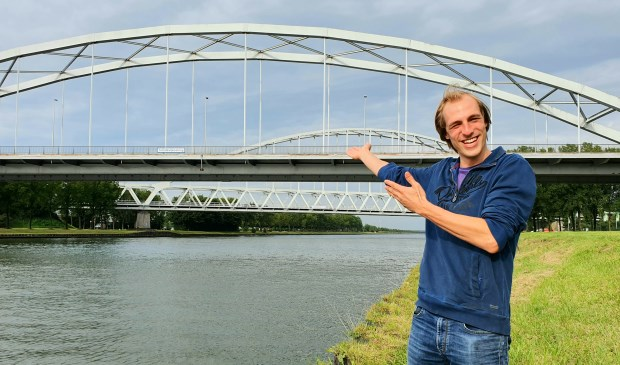 Jor bij de Schalkwijkerbrug. Hij fietst hier vaak overheen en geniet dan van het weidse uitzicht.