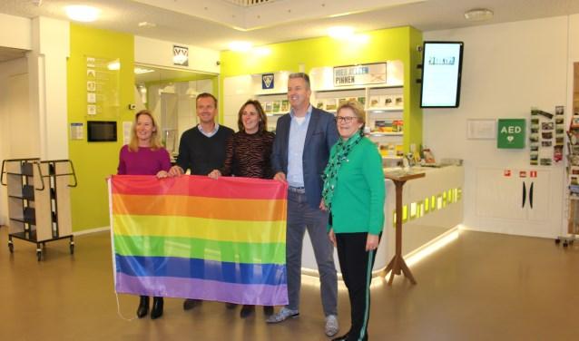 Na aanbieding van de regenboogvlag op 11 januari lag deze in de kast