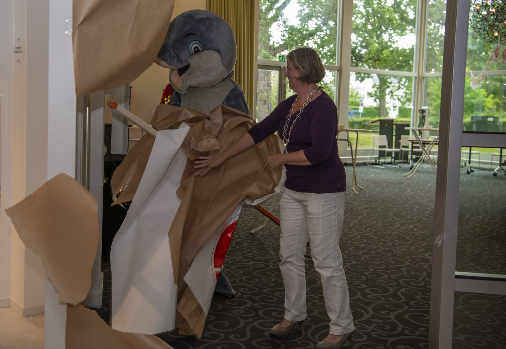 Burgemeester Astrid Nienhuis en dolfijn Herbie openen de expositie Ellen Toledo © BDU media