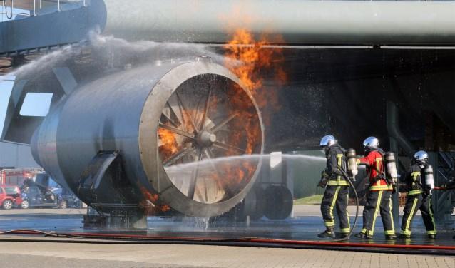Brandweerlieden van de Luchthavenbrandweer op Schiphol oefenen bij de nieuwe 'motor' van de Firefly.