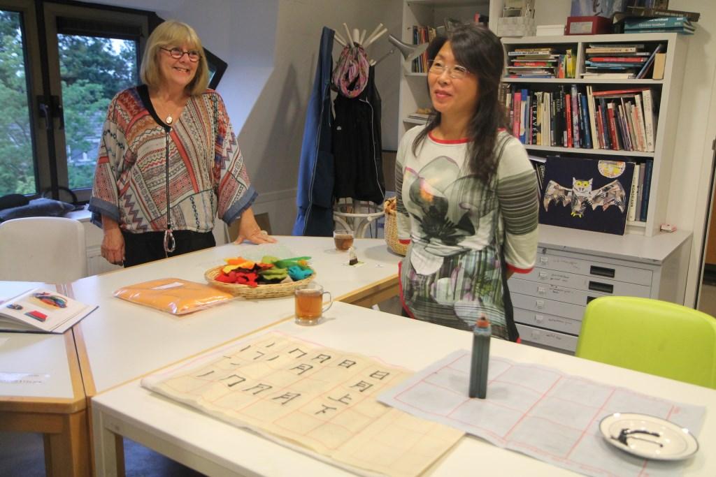 An Hong demonstreert hoe je Chinese karakters schildert. Hannie van de Veen © BDU media