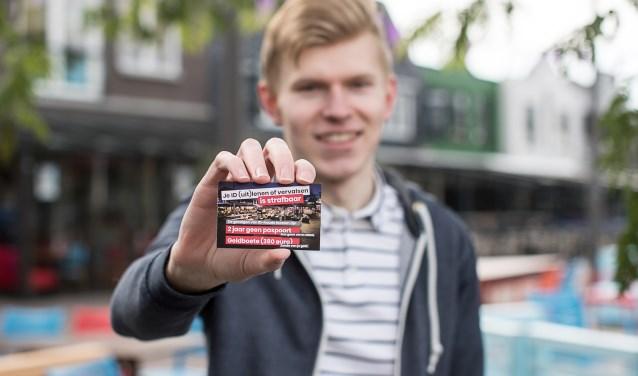 Arjan Boot toont de boodschap op het Museumplein in Ede.