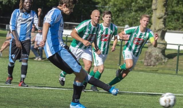 FC Driebergen aanvoerder Jelle Adema legt aan voor de 0-1 voorsprong door een goed uitgevoerde strafschop na een vermeende overtreding op Abate (achtergrond)