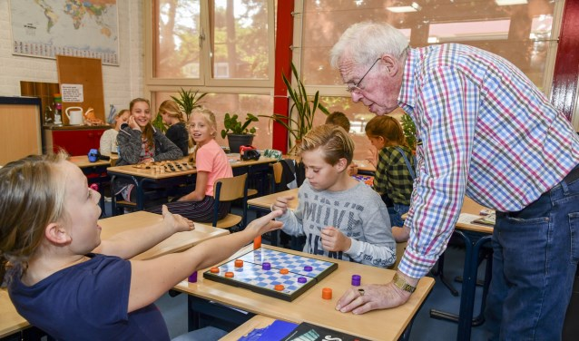 Evert Davelaar voegt zich weer tussen de schoolbanken om basisscholieren te enthousiasmeren voor de damsport.