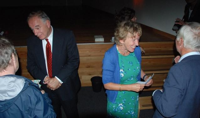 Jos en Pauline Dirven schudden handen tijdens de afscheidsreceptie.