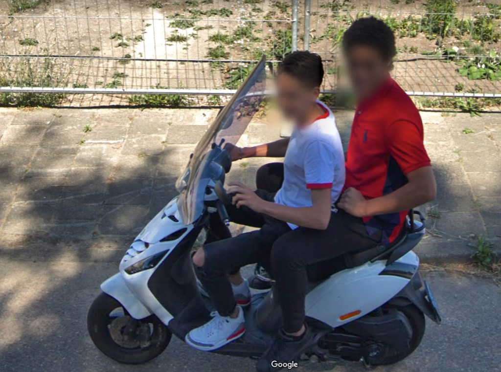 Twee vrienden op een scooter op de JC Beetslaan. Google © BDU media
