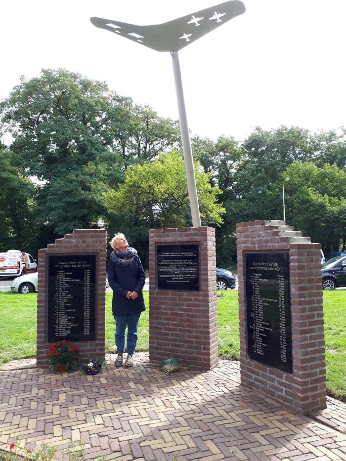 Petra Ossenkoppele bij het monument.