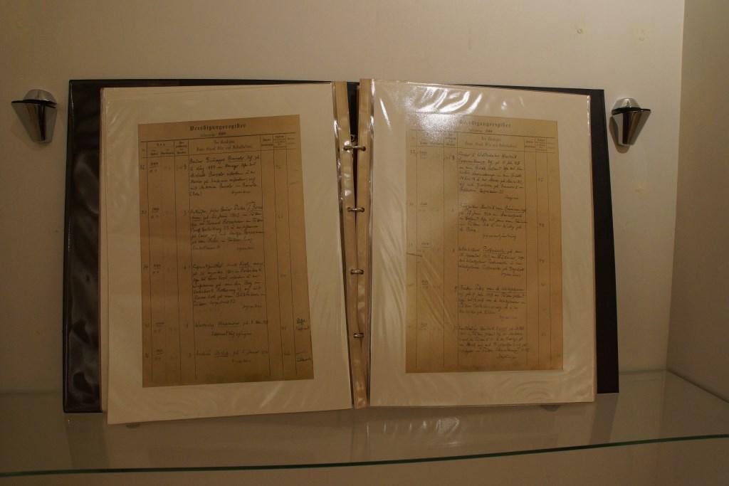 Een kopie van het dodenboek dat pastoor Meijer bijhield ten tijde van de Tweede Wereldoorlog. Dankzij dit document weten veel nabestaanden waar hun overleden dierbare begraven ligt. Maranke Pater © BDU media