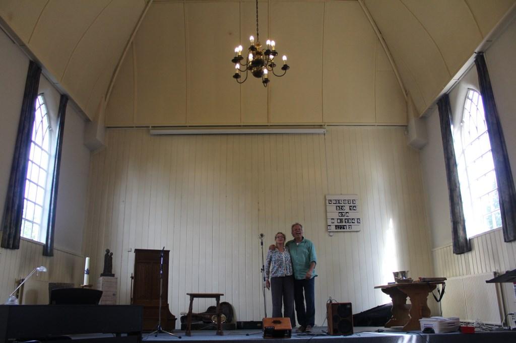 Jacqueline en Palko Benedek in de door hen gekochte Ericakerk. Bureau Spotlight © BDU Media