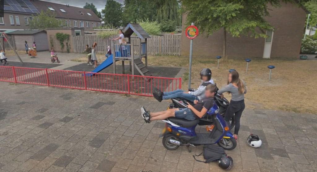 Jongeren relaxen wat op de Watergraafmeerstraat.  Google © BDU media