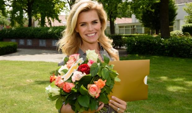 Postcode Loterij ambassadeur Nicolette van Dam met een cheque