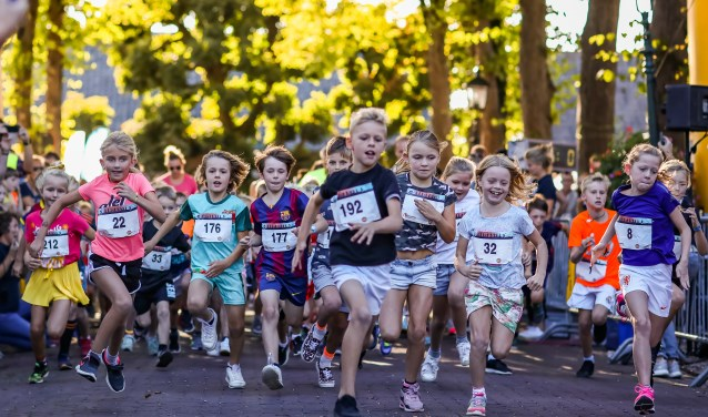 Direct na de start van de 1 kilometer Kidsrun wordt er al heel hard gelopen. Kinderen in de leeftijd t/m 8 jaar houden ervan om zo hard mogelijk te lopen.
