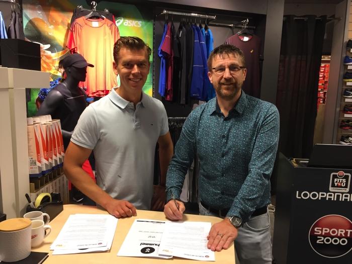 Roy van der Geest (Directeur Sport 2000) en Marco van Leersum (Voorzitter VHZ) tekenen de contracten in de Sport 2000 winkel in winkelcentrum De Symfonie. Foto: VHZ.