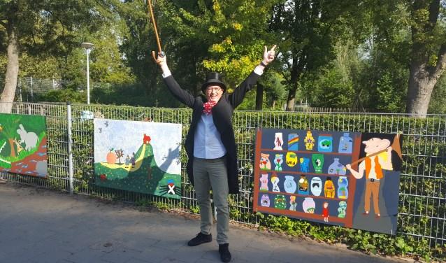 Directeur Jan Bot als Willy Wonka onthulde de fraaie schilderwerken van de kinderen