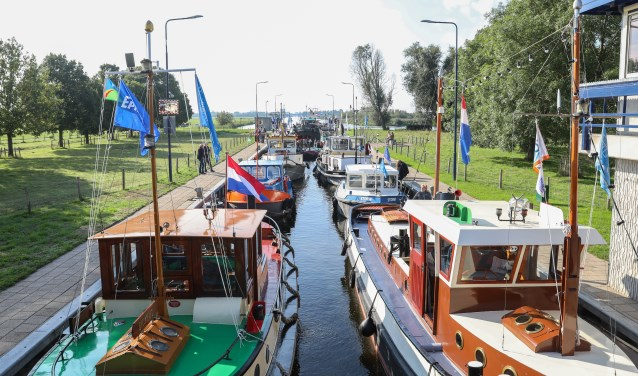 De sleepboten gaan zondag 8 september weer huiswaarts door de Arkersluis.