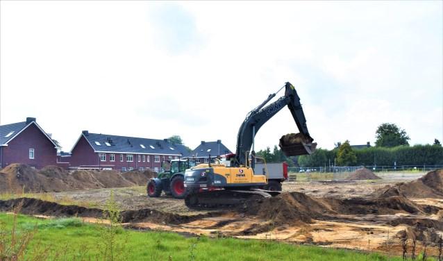 Met graafmachines werd begonnen aan de bouw van Den Bergh.